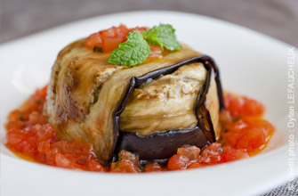 Petites charlottes d'aubergine, farce agneau-cumin et sauce vierge menthe-tomate